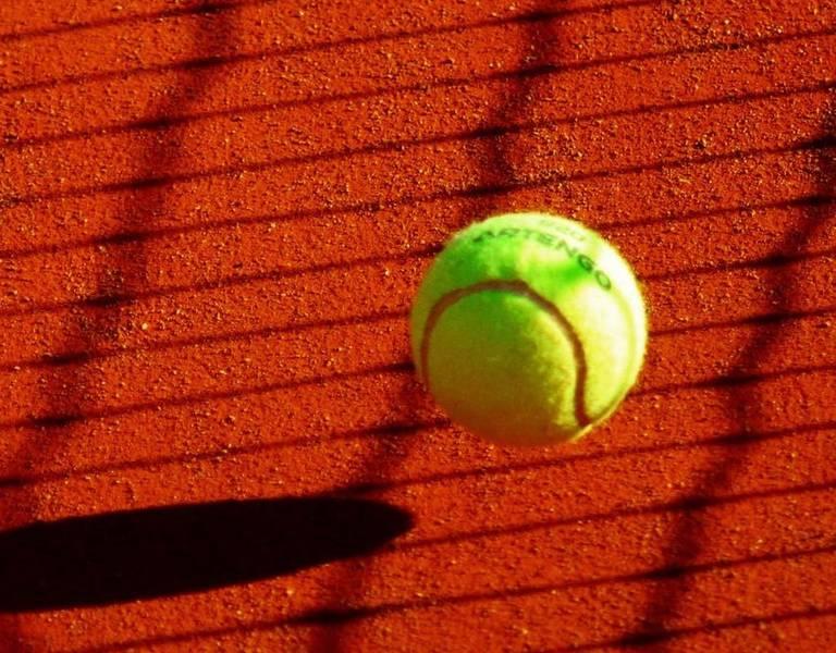 Jouer au tennis sur l'Ile de Ré (c) pexels