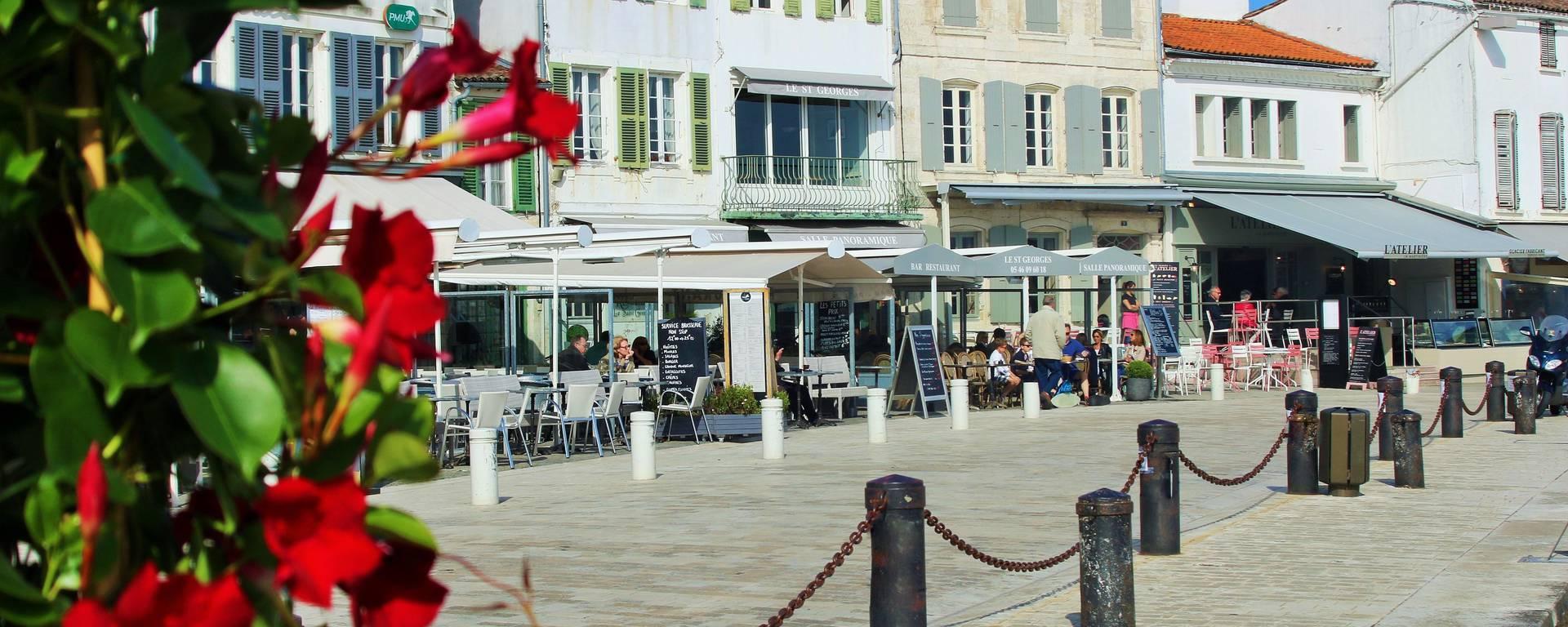 Terrasses de café - Vue du port par Lesley Williamson
