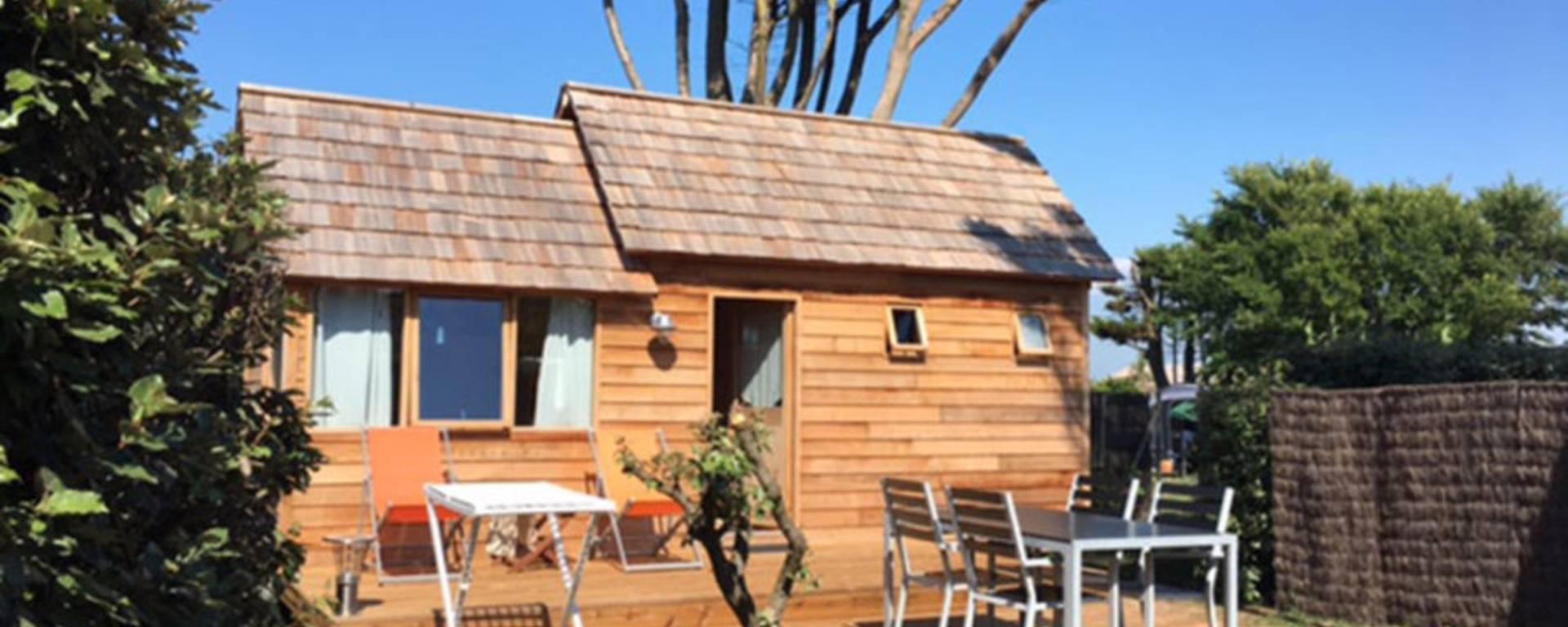 Cabane en bois, terrasse (c) Les Baleines
