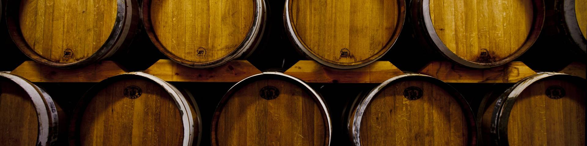 Les tonneaux de vin de la coopérative des vignerons par François Blanchard