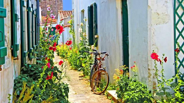 Ruelle fleurie avec vélo