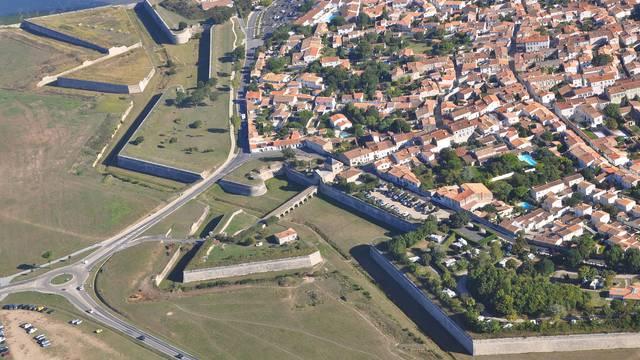 Vue aérienne des fortifications de Saint-Martin-de-Ré ©