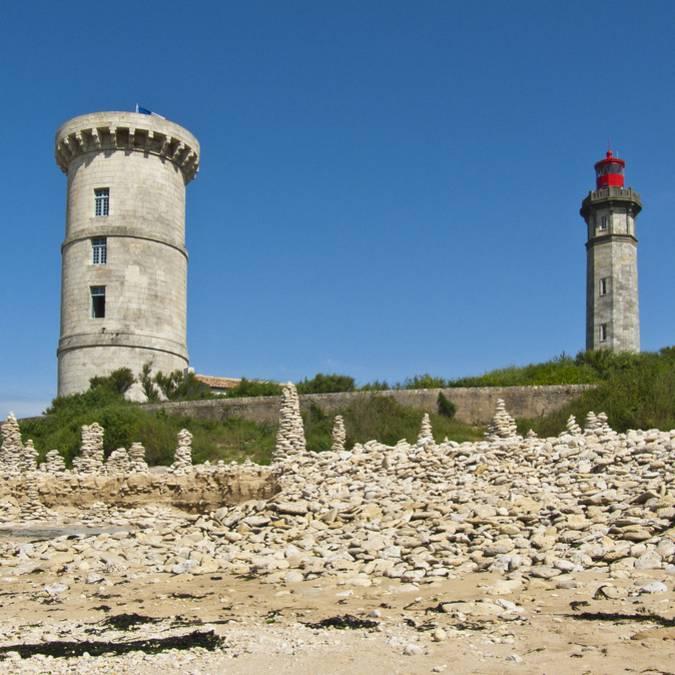 Phare des Baleines et vieille tour vue de la plage